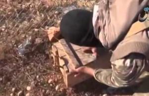 بالفيديو سلاح امريكي يلقى من الطائرات إلى داعش في ليبيا